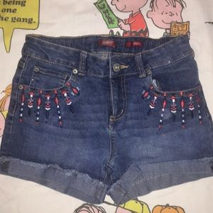 Girls shorts with pattern under pocket
